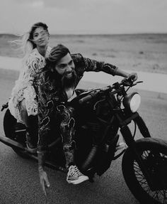 How about this wedding exit. Wedding couple motorcycling on the beach. Rock Couple, Bike Couple, Couple Shoot, Motorcycle Wedding, Motorcycle Outfit, Motorcycle Couple Pictures, Mode Rock, Outdoor Couple, Wedding Exits