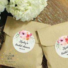 24 Wedding Favor Bags with Personalized Floral Bouquet Labels // Wedding Favors // Bridal Shower Favors // Kraft Favor Bags