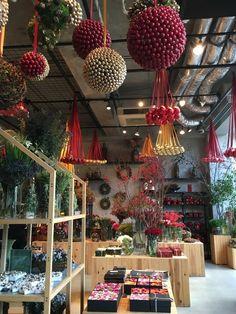 南青山に、デンマーク出身のフラワーアーティスト・ニコライバーグマンがプロデュースするカフェ、ニコライバーグマン ノム(Nicolai Bergmann NOMU)がオープンしました。お花に囲まれての北欧ティータイムは溜息ものの至福な時間。今回はそんなニコライ氏が提案するトータルショップカフェをご紹介したいと思います。