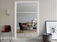 Det blir nesten ikke enklere å få nye vegger enn med ferdigmalt panel. De er enkle å montere og du slipper å male. Nå har RBI Smartpanel jobbet frem nye roli... Smart Panel, Scandi Living Room, Decoration, Entryway Bench, Nest, Accent Chairs, Interior Design, Inspiration, Furniture