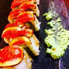 Uramaki de higo flameado salmón flameado queso philadelphia y salsa teriyaki