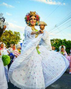 """'""""Patria es el peso de los tembleques sobre la cabeza y el vuelo de la zaraza abanicando los pies.""""'❤ Paulo Coelho  Que Orgullo ser Panameña, Cantar y Bailar ataviada con mi Pollera!'❤ -Foto: Por mi Amigo @luigiabrego -Locación: San Francisco de La Montaña-Veraguas #DeDondeYoSoy -Pollera De Coquito❤ @tuiranazareth10 #DíaNacionalDeLaPollera #22DeJulio #OrgullosamentePanameña #DeMisMejoresMomentos #InstantesMágicos #AmoMiFolclore #AmoMisCostumbresYTradiciones #AmoMiPanamá."""