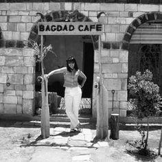 """Bagdad café camino de Palmira, mitad del desierto 2004.©. """"""""Sin mi cámara NO"""", fotografías personales que dan """"fe de vida"""" de la presencia física de la fotógrafa Gloria Giménez que estaba en el lugar """"del instante fotografiado"""" de sus Portfolios . Desde sus inicios 1991 hasta la actualidad."""
