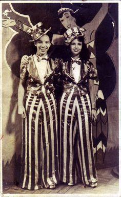 Carnaval de 1942 no Rio de Janeiro. Mamãe e prima fantasiadas de Tio Sam. bde533d3771