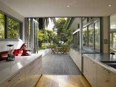 Stunning Glass House Design in Sydney by Utz-Sanby Architects - Home Design and Home Interior Modern Glass House, Glass House Design, Indoor Outdoor Kitchen, Outdoor Kitchen Design, Contemporary Design, Modern Design, Luxury Tree Houses, Kitchen Benches, Steel House