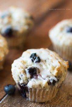 Combine the perfect moist blueberry muffins recipe with a sweet lemon glaze, and you get perfection. These blueberry muffins with lemon glaze are amazing! Just Desserts, Delicious Desserts, Dessert Recipes, Yummy Food, Dessert Ideas, Moist Blueberry Muffins, Blue Berry Muffins, Blueberry Desserts, Cupcakes