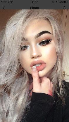 Her makeup is so cute!!
