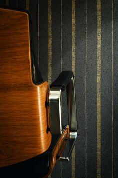 papier peint or et noir avec rayures verticales, chaise design en bois massif et métal gris acier