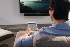 The TV glides to the left or right, forwards or backwards with the greatest of ease!  Users gain access to additional functionalities via a dedicated smartphone app. This allows everyone at home to set one or more viewing positions for themselves, up to a maximum of ten.