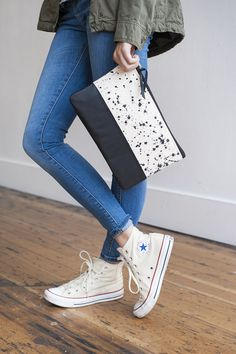 I'm loving this crazy cool clutch paired with high top converse. Converse All Star, White Converse, Converse Chuck, Converse High, Diy Mode, Moda Casual, Hand Painted Canvas, Vintage Patterns, Tejidos
