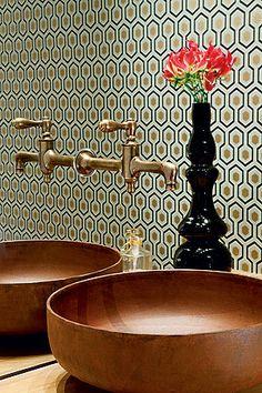 vintage e moderno: papel de parede e latão