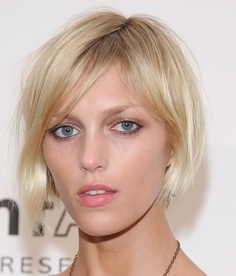 growing your hair out might be a nightmare…here the cut that gives that endless waiting a stylish phase…even better if  in that perfect shiny wheat blond that  Anja Rubik wears so well…