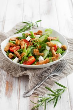 Salad with roasted chicken, tomatoes and feta Pasta Salad, Cobb Salad, Clean Eating, Raw Vegetables, Fat Burning Foods, Calories, Roasted Chicken, Feta, Green Beans