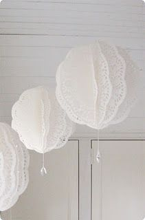 Paper doily balls (orig from Lantliv - Jul magazine)