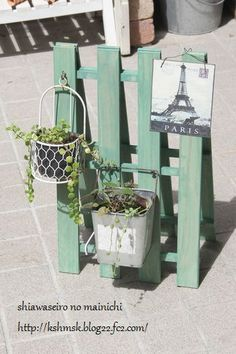 Tip of the Day Wednesday-More Pallet Decor Some pallet love ❤️ Farm Crafts, Pallet Crafts, Diy Home Crafts, Craft Stick Crafts, Wood Crafts, Craft Booth Displays, Diy Wood Projects, Craft Sale, Garden Art