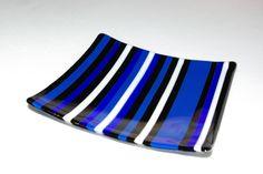 eine hübsche gefuste Glasschale mit Streifen in Blau, Schwarz und weiß