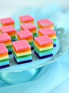 Kolorowe kosteczki przygotowane z sześciu galaretek w kolorach tęczy: fioletowa, niebieska, zielona, żółta, pomarańczowa i czerwona.