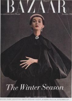 Cristóbal Balenciaga. 1959. Los trajes sastre presentan nuevas líneas, con chaquetas cortas y talles subidos. Destaca el estilo Imperio de talle alto en las creaciones de noche.