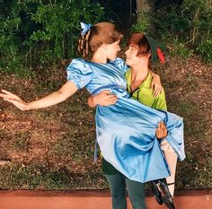 Peter and Wendy in Disneyland - pinning for the cuteness Hallowen Costume, Couple Halloween Costumes, Halloween Cosplay, Disney Dream, Disney Love, Disney Magic, Disney Fairies, Tinkerbell, Disney And Dreamworks