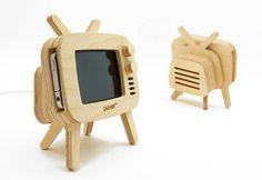 Matéria Incógnita – Inovação e Criatividade » Suporte de madeira para celular com a forma de aparelho de TV retrô
