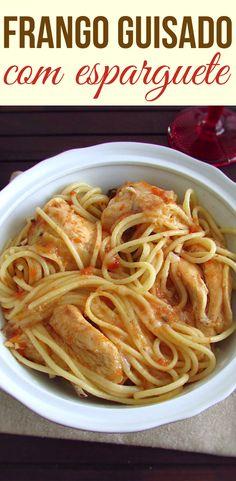 Frango guisado com esparguete | Food From Portugal. Quem não gosta de frango guisado com esparguete? É uma refeição com excelente apresentação, fácil de preparar, muito saborosa e que toda a família gosta! #receita #frango #esparguete