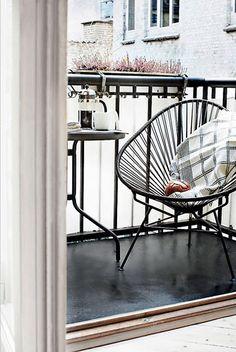 Le fauteuil scoubidou va très bien sur un petit balcon, il habille lespace sans lencombrer Balcony Decor, Interior, Home, Acapulco Chair, Balcony Flooring, Balcony Chairs, Home Deco, Tiny Furniture, Interior Design