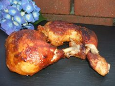 """Texas Chicken, etwas einfaches und besonderes sollte es sein. Natürlich aus dem Dutch Oven. Also was liegt näher als sich ein paar lecker Keulen zu besorgen und diese im ersten Schritt mit dem BBQ Rub von Ankerkarut zu veredeln. Die Zutaten: 8 - 10 Hähnchenkeulen (je nach Größe und vorhandenem DO) Texas Chicken von Ankerkraut 100ml Ahornsirup 150ml BBQUE GRILL & BUCHENHOLZ """"Wia grei ..."""