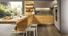 Durch die horizontale Holzrichtung der linee Küchen wirken auch kleine Räume ganz groß.