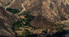 San Gil se encuentra a un poco más de sesenta kilómetros al sur de Bucaramanga, a vuelo de pájaro o en línea recta. El bus a Bogotá, hacía ese recorrido de asombrosos paisajes santanderianos, en algo más de dos horas de pronunciadas y cerrado curvas, vadeando el cañón de Chicamocha y deteniéndose al paso en San Gil.  Si ese fin de semana le tocaba pasarlo con sus abuelos paternos, entonces, tomaba la busetica desde San Gil y llegaba hasta Barichara en menos de otra hora adicional