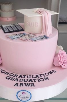 Pink Graduation Cake Design ★ Best graduation cakes for high school and for college, for boys and for girls. Use these simple and unique ideas to your advantage! Graduation Cake Designs, College Graduation Cakes, Pink Graduation Party, Graduation Cookies, Grad Parties, Graduation Gifts, Cap Cake, Cake & Co, Money Cake