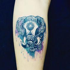 """Tattoo feita por <a href=""""http://instagram.com/claudiomoykano"""">@claudiomoykano</a>    Por serem osanimais terrestres de maior tamanho, os elefantes têm um lugar especial no reino animal. Na Índia, eles são símbolo de poder, paciência, sabedoria, sucesso, prosperidade e benevolência. Ironicamente, os elefantes são representantes da castidade e da energia sexual ao mesmo tempo. Via"""