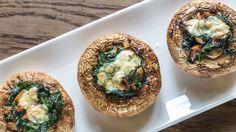 Füllen Sie Champignons mit leckerem Blattspinat und Käse. Ein köstliches, aber leichtes Gericht zum Abendessen. Hier geht's zum Rezept.