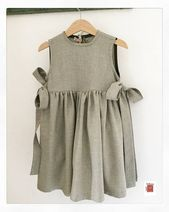 Smock for girl - green smock for school - dress for girl - green child apron - green smock dress : Grembiule bambina vestito bimba vestito con fiocchi Dresses Kids Girl, Kids Outfits, Cute Outfits, Dress Outfits, Apron Dress, Smock Dress, Baby Girl Fashion, Kids Fashion, School Dresses