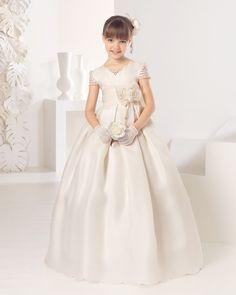 Vestido de comunión clásico de esterilla de seda, en color marfil.