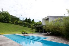Today we bring to you this amazing home which is the residence of architect Pedro Useche in Sao Paulo, Brazil. The three-storey home is located high up in the hills, in the sophisticated neighborhood of Morumbi. Interior Design Images, Interior Design Boards, Outdoor Retreat, Outdoor Spaces, Living Pool, Vintage Inspiriert, Storey Homes, Loft, Swimming Pool Designs