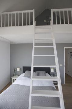 Lifs interieuradvies & styling www. Mezzanine Bedroom, Loft Room, Bedroom Loft, Home Bedroom, Bed Deck, Shared Rooms, Loft Design, Small House Design, Medan