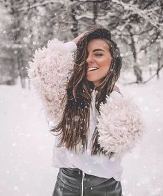 Winter shot - winter outfit - snow Source by ingridsorge outfits snow Winter Senior Pictures, Snow Pictures, Winter Photography, Photography Poses, Walmart Photography, Outdoor Photography, Mode Au Ski, Cute Christmas Outfits, Creative Portrait Photography