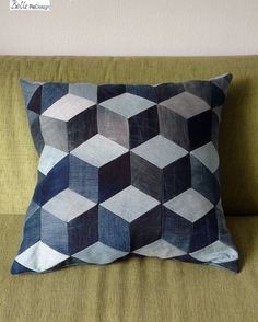 Patchwork denim pillow / Patchwork kussen van demin // BelleReDesign on DaWanda Patchwork Pillow, Patchwork Jeans, Denim Furniture, Denim Ideas, Denim Crafts, Recycle Jeans, Recycled Denim, Blue Quilts, Cushions