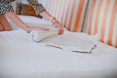 Enrole vestidos delicados entre duas folhas de papel branco destes bem fininhos.