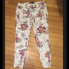 American Eagle Floral Jeggings Floral is in and these are in beautiful condition. Size 8 stretch American Eagle. Ankle style with a short zipper at the bottom. You will love these! American Eagle Outfitters Jeans Skinny