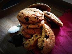I Cookies Chocolate Chip Cookies fantastici croccanti biscotti impreziositi da gocce di cioccolato fondente o cioccolato intero tagliato a coltello.