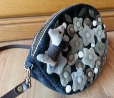 Bag with quilted flowers.Purses Ideas, Japanese Patchwork, Bags Inspiration, Fabrics Bags. Лоскутная сумка с цветами.