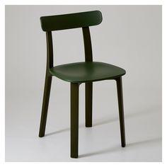 Conçue pour répondre aux besoins des nouvelles générations, la All Plastic Chair proposée par Jasper Morrison, reprend les formes classiques d'assises en bois que l'on connaît en Europe et propose une version en plastique ancrée dans le 21ème siècle.