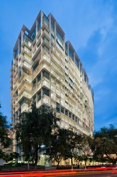 Image 18 of 29 from gallery of Antara I Corporate Building / Sordo Madaleno Arquitectos. Photograph by Paul Rivera Residential Architecture, Amazing Architecture, Modern Architecture, Building Architecture, Building Facade, Building Structure, México City, Facade Design, Skyscraper