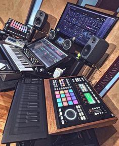 Studio Home studio House-Painting Tips Seasons wreak havoc on a home's exterior. Home Recording Studio Setup, Home Studio Setup, Music Studio Room, Audio Studio, Studio Desk, Sound Studio, Configuration Home Studio, Home Music Rooms, Dream Music