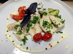 Salad of warm vegetables with chicken and Bechamel sauce.