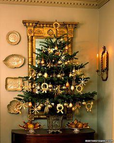 Árvore de Natal com enfeites em dourado