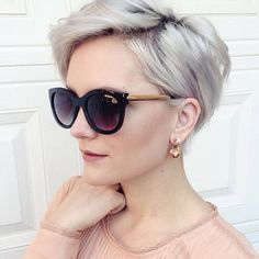 Chic Long Pixie The pixie haircut is still on trend and getting one is the perfect way to stand out from the crowd. Long pixie hairstyles are a beautiful way to wear short. Long Pixie Hairstyles, Short Pixie Haircuts, Short Hairstyles For Women, Hairstyles Haircuts, Blonde Hairstyles, Choppy Haircuts, Haircut Short, Fashion Hairstyles, Pixie Bob