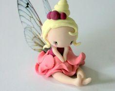 Fairy Figurine in a jar por TheDollAndThePea en Etsy