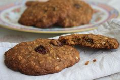 These oatmeal raisin cookies are thick and chewy. Chilling the dough is key to keeping the cookies thick while baking.This recipe doubles well. Pumpkin Oatmeal Cookies, Oatmeal Raisin Cookies, Chocolate Chip Oatmeal, Chocolate Chip Cookies, Biscuits Aux Raisins, Patisserie Sans Gluten, Boite A Lunch, Molasses Cookies, Oatmeal Recipes